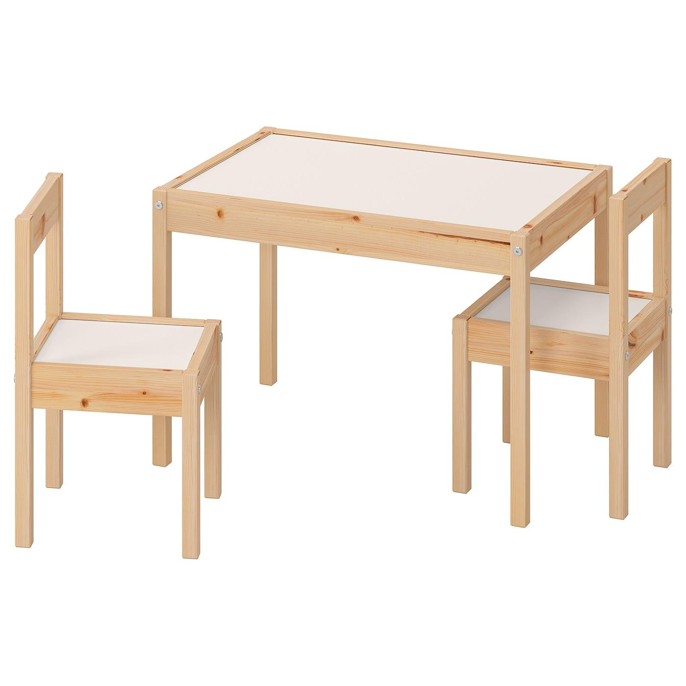 IKEA LÄTT sosnowy stolik dziecięcy z białym blatem i dwoma sosnowymi krzesłami z białymi siedziskami
