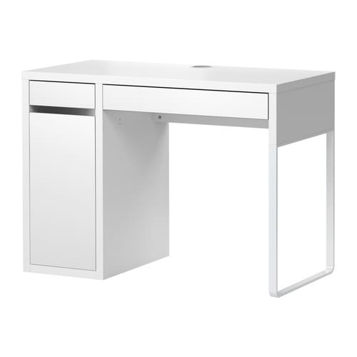 MICKE Biurko IKEA Można wygodnie ukryć gniazdka i przewody, ale mieć do nich dostęp dzięki otworowi na kable z tyłu.