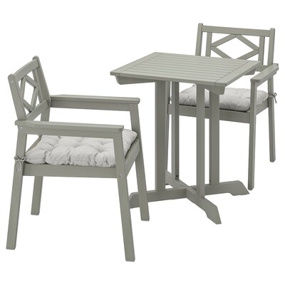 BONDHOLMEN table+2 chairs w armrests, outdoor grey stained/Kuddarna grey