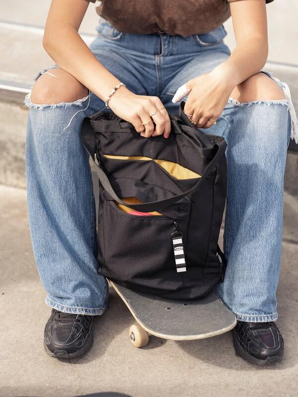 VÄRLDENS Travel tote bag, black, 28x12x44 cm/16 l
