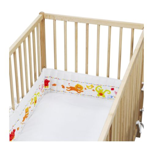BARNSLIG Protetor de berço IKEA Motivos de cores e formatos distintos no interior estimulam a visão do bebé.