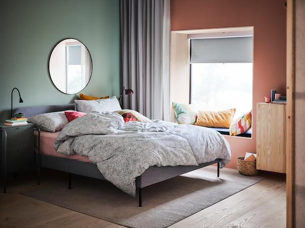 TRÄDKRASSULA Jorganska navlaka i 2 jastučnice, bela/plava, 200x200/50x60 cm