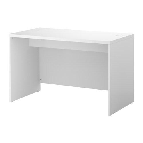 BESTÅ Skrivbord IKEA Det är enkelt att hålla grenuttag och kablar dolda men samtidigt ha dem nära till hands med hjälp av kabelutgången på baksidan.