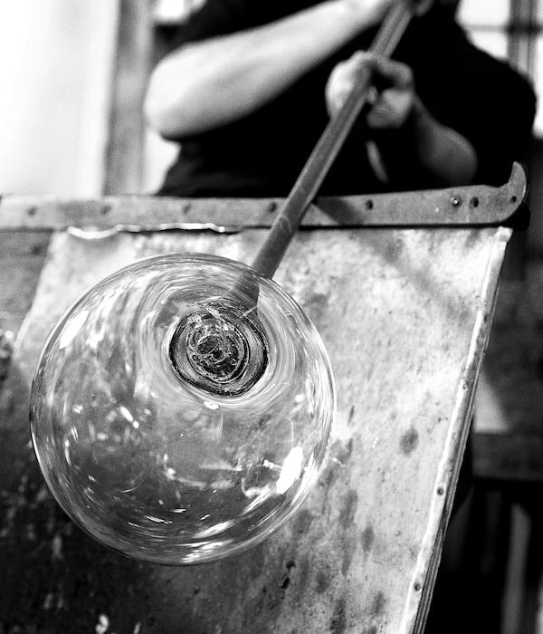 DEJSA Bordslampa, beige/opalvit glas, 28 cm