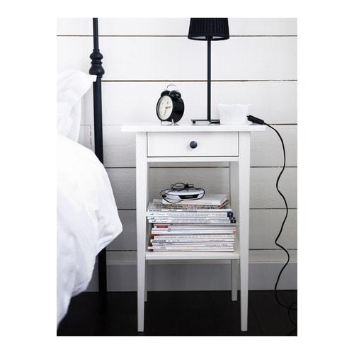 HEMNES Avlastningsbord IKEA Lådan som är lätt att öppna och stänga har utdragsstopp.