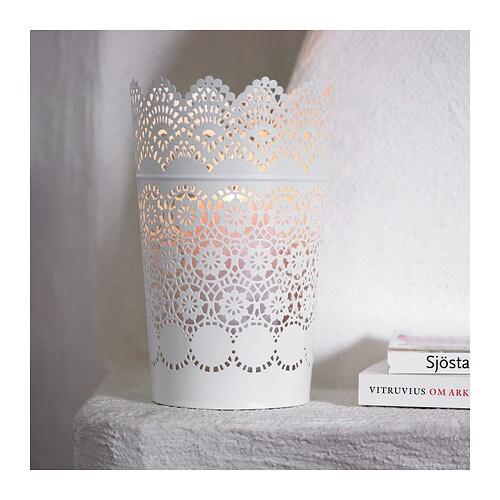 SKURAR Lykta för blockljus IKEA Ljuslågans varma sken lyser dekorativt genom lyktans hålmönster.