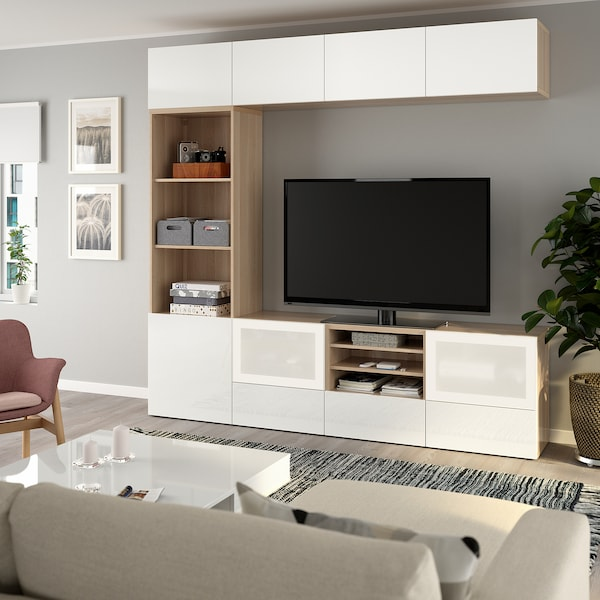 BESTÅ Úložné TV riešenie/sklené dvierka, vzhľad bielo moreného dubu/Selsviken mliečne sklo, vysokolesklá/biela, 240x40x230 cm