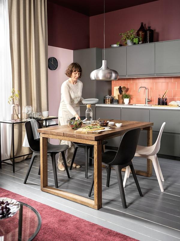 MÖRBYLÅNGA Stôl, dubová dyha hnedá morená, 140x85 cm