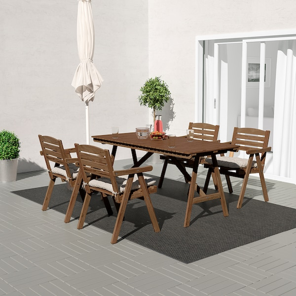 FALHOLMEN ฟอลโฮล์มเมน โต๊ะ+เก้าอี้วางแขน4ตัว กลางแจ้ง, ย้อมสีน้ำตาลอ่อน/คุดดาร์นา เทา
