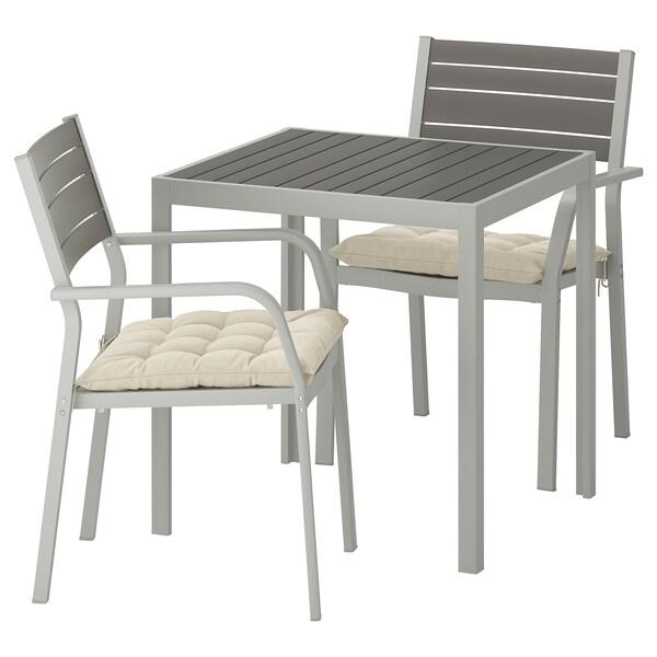 SJÄLLAND แควลันด์ โต๊ะ+เก้าอี้วางแขน 2 ตัว กลางแจ้ง, เทาเข้ม/โฮลเออ เบจ, 71x71x73 ซม.