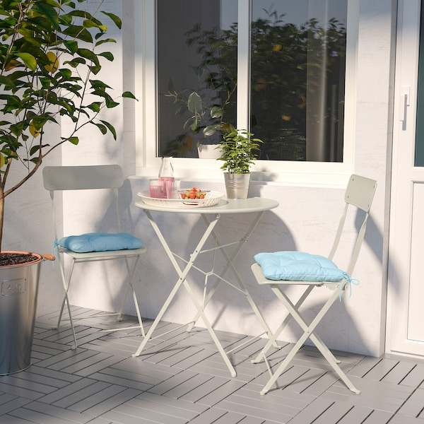 SALTHOLMEN table and 2 folding chairs, outdoor beige/Kuddarna light blue